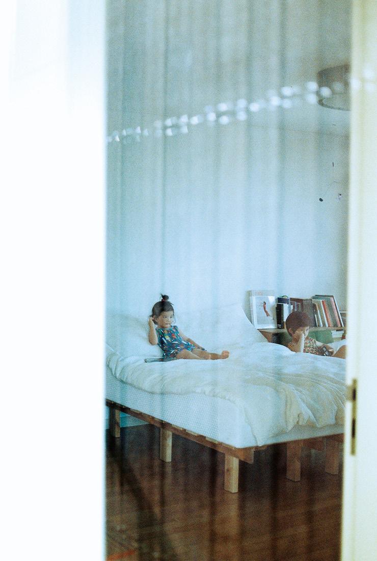 창문으로 들여다본 침실.