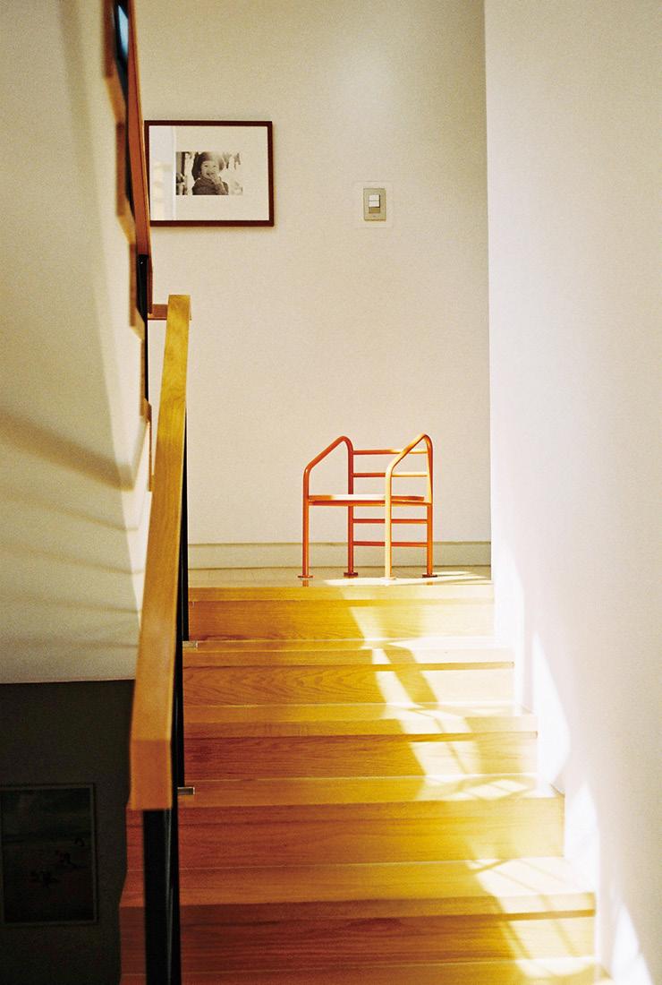 2층으로 올라가는 계단에 놓인 의자는 '스마일 문'의 래더 체어. 수영장 사다리에서 영감을 받아 탄생한 어린이용 의자다.