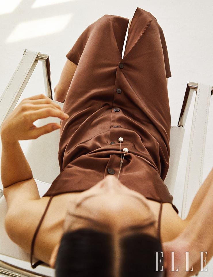 벨티드 디테일의 새틴 슬립 드레스는 가격 미정, Nanushka from Net-A-Porter. 볼 펜던트 장식의 네크리스는 1백85만원, Bottega Veneta.