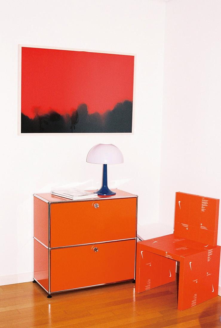 강렬한 오렌지 컬러의 USM 협탁과 빈티지 테이블 램프.