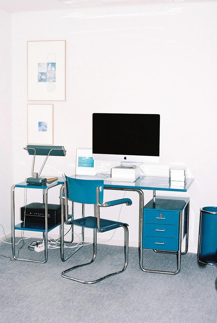 책상 높이와 의자 높이가 딱 맞게 재단된 바우하우스의 책상·의자 세트. 책상에는 아일랜드 출신의 가구 디자이너 아일린 그레이의 테이블 램프가 놓여 있다.