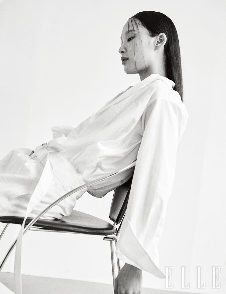 비대칭 칼라가 특징인 화이트 셔츠는 99만원, Loewe. 와이드 팬츠는 가격 미정, Lemaire. 슬리브리스 톱은 에디터 소장품.
