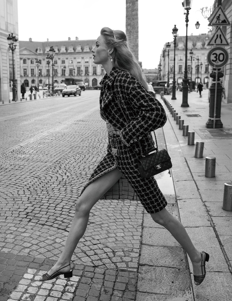트위드 수트를 입고 거리를 걷는 캠페인 속 모델 리안 반 롬페이.