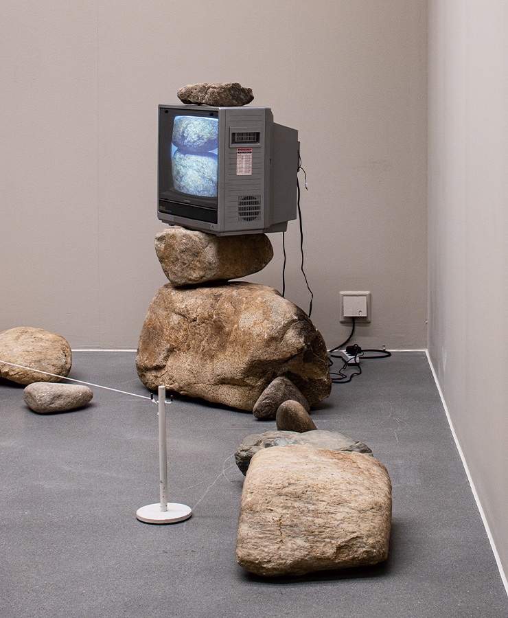 박현기, 〈무제〉, 1979, 돌 14개, 모니터 1대, 120x260x260cm, 국립현대미술관 소장.