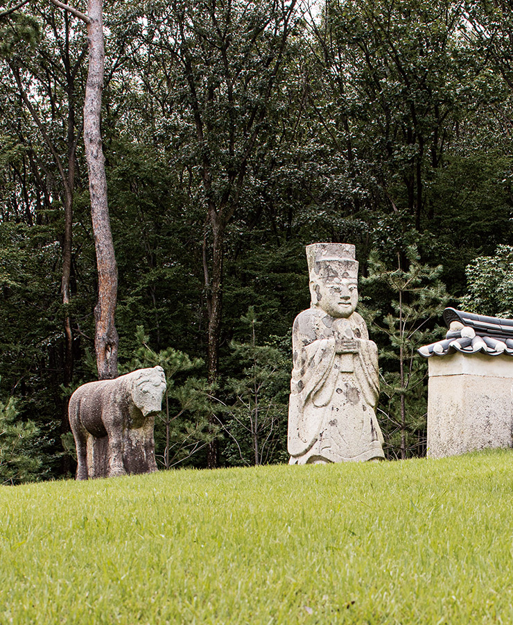 단경왕후 신씨의 온릉 앞을 지키고 있는 문석인.