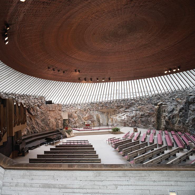 화강 암반을 깎고 파내 만든 암석 교회.
