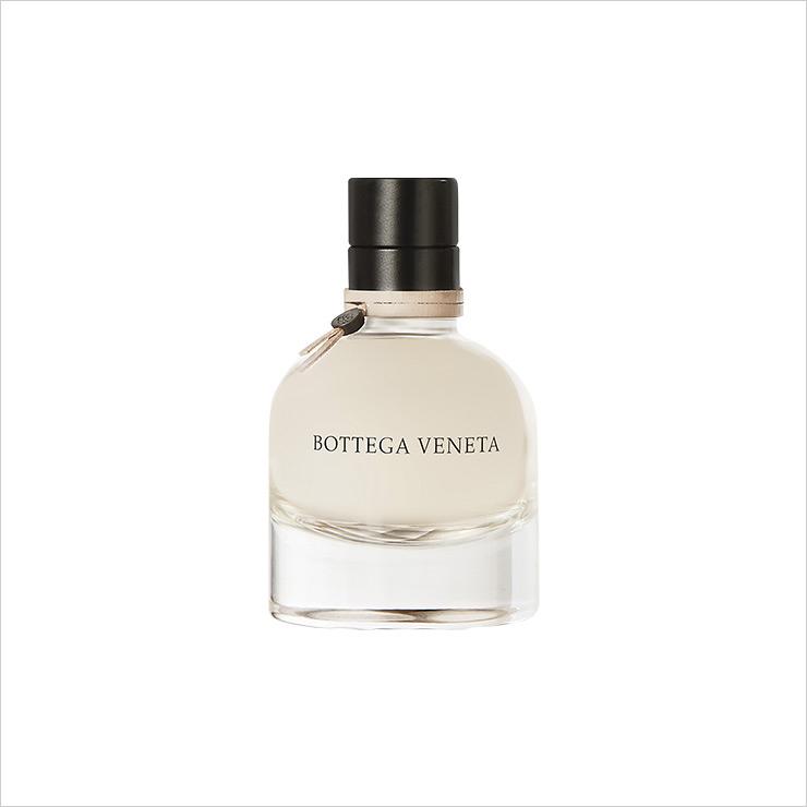 향수는 Bottega Veneta '시그니처 오 드 퍼퓸'.