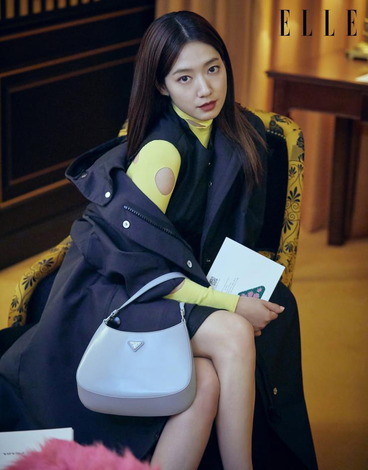 프라다 FW21 여성복 패션쇼를 기다리고있는 배우 박신혜