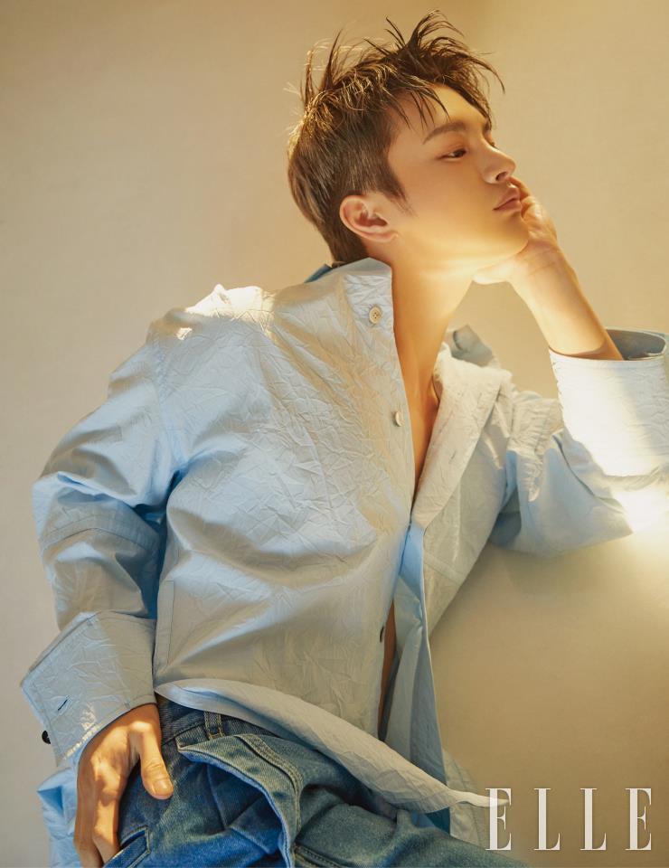蓝色皱纹衬衫和牛仔长裤都是Wooyoungmi。