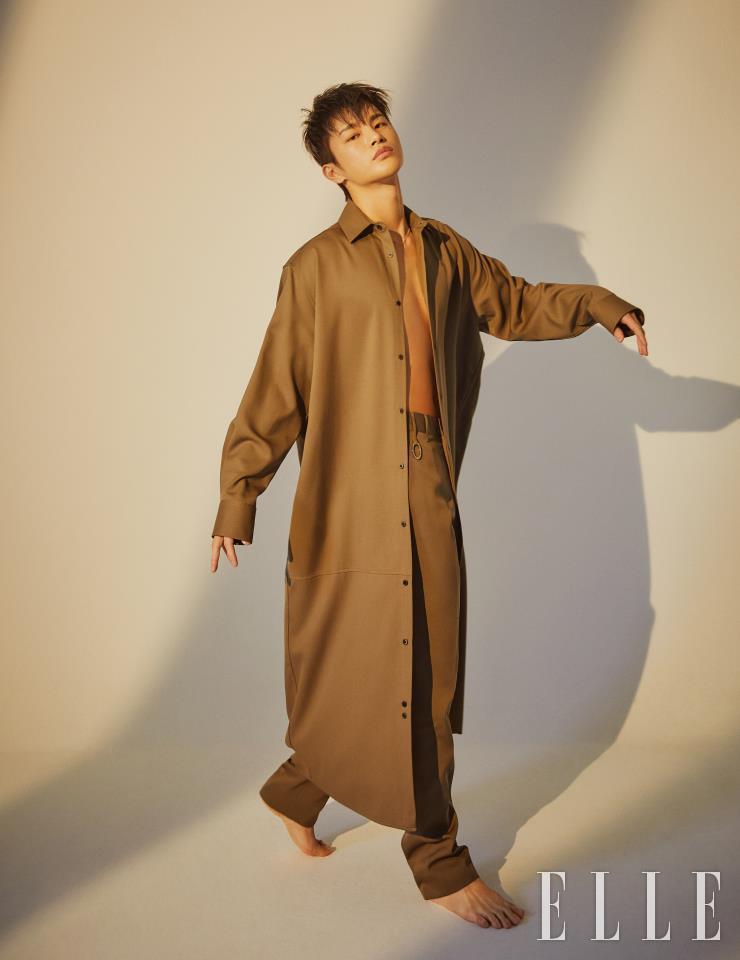 浅棕色长衬衫和裤子都是TH by Adekuver的作品。 金项链是果馅饼。