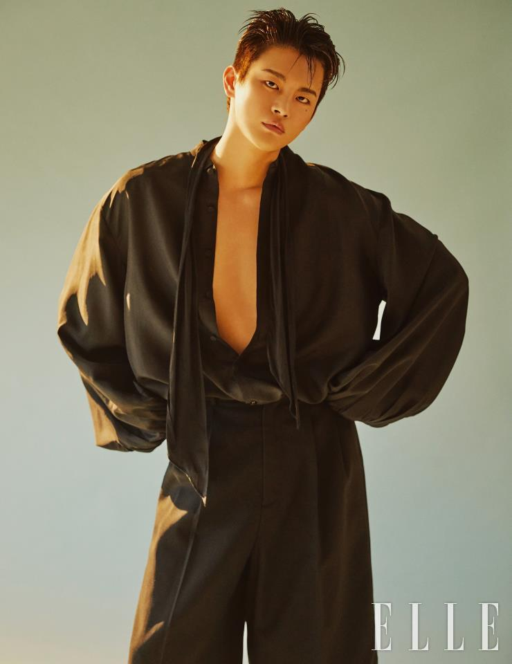 黑色上衣是金成龙。 短裤是亚历山大·麦昆。