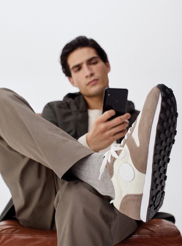 """Massimo Douti应用程序中新引入了""""鞋子体验""""服务。 您可以通过增强现实来试穿鞋子。"""