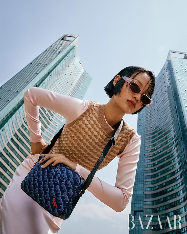 트렌디하고 감각적인 디자인의 메신저 백은 몽블랑x메종 키츠네 컬렉션 컬렉션.
